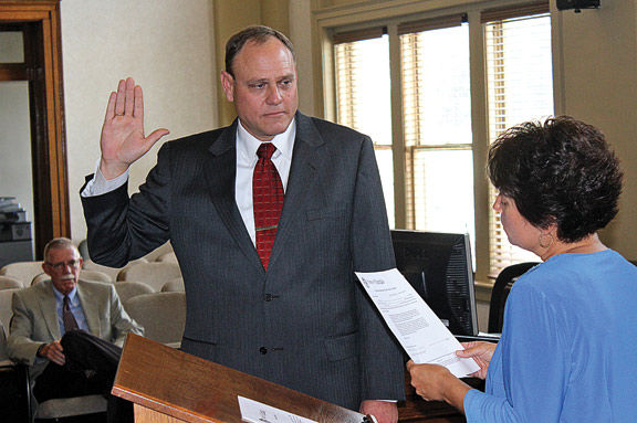 Steve Ellis Taking Oath / Walker Co Messenger